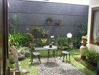Taman Belakang Rumah Minimalis Dengan Kursi Cor Logam
