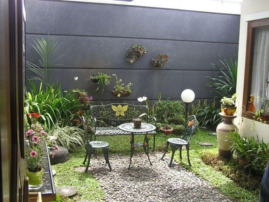 Taman Belakang Rumah Minimalis Dengan Kursi Cor Logam Desain